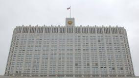Tir statique de façade du bâtiment de gouvernement de la Russie, du drapeau de balancement et de la crête clips vidéos