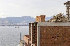 Tir supérieur d'immeuble de brique inachevé de façade photographie stock