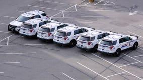 Tir supérieur du stationnement de ligne de voiture de police sur le parking clips vidéos