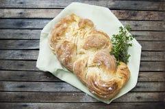 Tir supérieur, fin de pain tressé cuit au four frais de vegan fait maison sur un fond en bois et rustique de table, cuisson à la  photographie stock