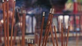 Tir sur la prière de personnes et bâtons brûlants d'encens dans un temple banque de vidéos
