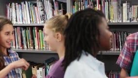 Tir tenu dans la main des étudiants de lycée parlant avec des amis banque de vidéos