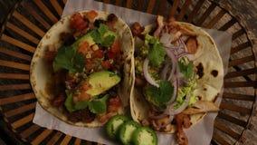 Tir tournant de tacos délicieux sur une surface en bois banque de vidéos