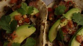 Tir tournant de tacos délicieux sur une surface en bois clips vidéos