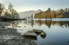 Tir tranquille de matin regardant au-dessus de l'eau de Derwent dans Cumbria photo libre de droits