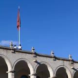 Tir vers le haut du drapeau sur la ville hôtel à Arequipa, le Pérou Photo libre de droits