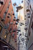 """Tir vertical """"de l'installation de l'art des chansons oubliées des cages à oiseaux vides photo stock"""