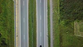 Tir vertical aérien Entraînement de voitures par la route banque de vidéos