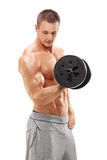 Tir vertical d'un athlète masculin s'exerçant avec un poids Image stock