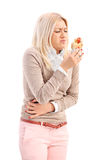 Tir vertical d'une femme mangeant un hot dog et se sentant malade Photos stock