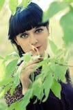 Tir vertical de femmes dans des feuilles vertes, mode d'été images libres de droits