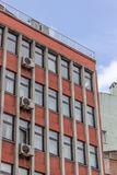 Tir vertical de l'étage multi de perspective établissant le colore orange images stock