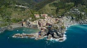 Tir visuel aérien avec le bourdon sur Vernazza un du Cinqueterre célèbre Images libres de droits