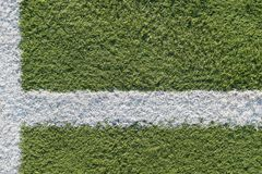 Tira branca no campo para o futebol Textura verde de um campo do futebol, do voleibol e do basquetebol fotos de stock