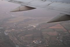 Tira de decolagem do aeroporto da janela do avião, Gostomel de Gostomel, Ucrânia, 09 08 2017 Fotos de Stock Royalty Free