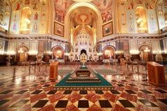 Tira de la alfombra al altar dentro de la catedral Foto de archivo libre de regalías
