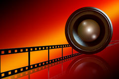 Tira de la lente y de la película en fondo rojo Fotografía de archivo libre de regalías
