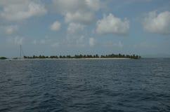 Tira de la playa de las isletas de Trinidad y Tobago y barco de navegaci?n del Caribe fotografía de archivo