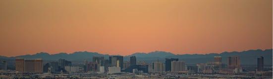 A tira de Las Vegas no por do sol Imagens de Stock