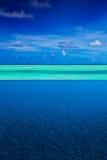 Tira de océano tropical entre la piscina y el cielo Imágenes de archivo libres de regalías