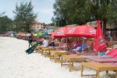 Tira de Sandy de barras da praia sob o céu aberto Fotos de Stock