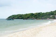 Tira de Sandy de barras da praia sob o céu aberto Foto de Stock Royalty Free
