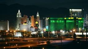 Tira e skyline de Las Vegas na noite vídeos de arquivo