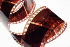 Tira velha do filme do negativo 35mm no fundo branco Foto de Stock