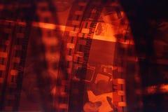 Tira velha do filme do negativo 35mm no fundo branco Fotos de Stock