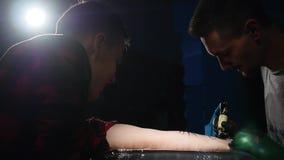 Tirado de artista del tatuaje en la creación almacen de metraje de vídeo