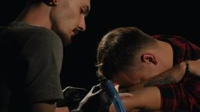 Tirado de artista del tatuaje en la creación metrajes