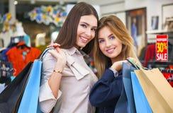 Tirado de hacer compras que va hermoso de las mujeres jovenes Imagen de archivo