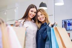 Tirado de hacer compras que va hermoso de las mujeres jovenes Fotografía de archivo libre de regalías