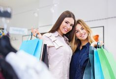 Tirado de hacer compras que va hermoso de las mujeres jovenes Fotografía de archivo