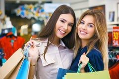 Tirado de hacer compras que va hermoso de las mujeres jovenes Fotos de archivo
