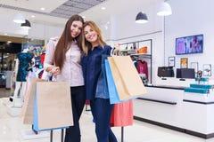 Tirado de hacer compras que va hermoso de las mujeres jovenes Foto de archivo