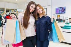 Tirado de hacer compras que va hermoso de las mujeres jovenes Imágenes de archivo libres de regalías
