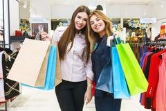 Tirado de hacer compras que va hermoso de las mujeres jovenes Fotos de archivo libres de regalías
