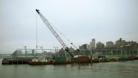 Tirado de la grúa cerca del río Hudson en NY almacen de video