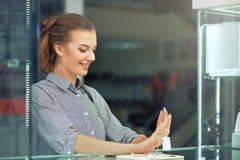 Tirado de la mujer joven atractiva hacia fuera que hace compras para la joyería imagenes de archivo