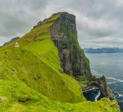 Tirado de ligh panorámico hermoso de la escena, de la isla de Kalsoy y de Kallur Foto de archivo