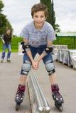 Tirado de resbalar a rollerskaters en equipo de la protección Foto de archivo libre de regalías