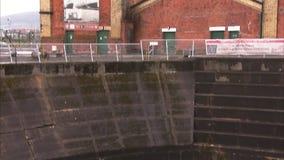 Tirado de un astillero profundo en Belfast almacen de metraje de vídeo
