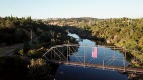 Tirado de un puente sobre el río abejón 4K california EE.UU. metrajes