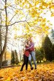 Tirado de una mamá y de una hija que sonríen feliz abrazando al aire libre foto de archivo libre de regalías