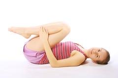 Tirado de una mujer joven deportiva que hace ejercicio de la yoga. Fotos de archivo