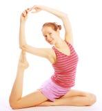 Tirado de una mujer joven deportiva que hace ejercicio de la yoga. Fotos de archivo libres de regalías