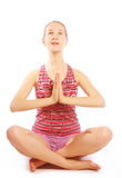 Tirado de una mujer joven deportiva que hace ejercicio de la yoga. Imagen de archivo libre de regalías