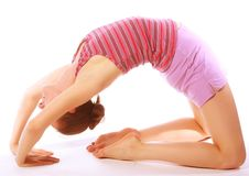 Tirado de una mujer joven deportiva que hace ejercicio de la yoga. Imagen de archivo
