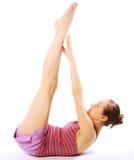 Tirado de una mujer joven deportiva que hace ejercicio de la yoga. Foto de archivo libre de regalías